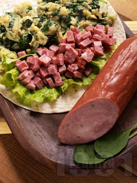 Рап с омлет, задушен спанак, салата и колбас - снимка на рецептата